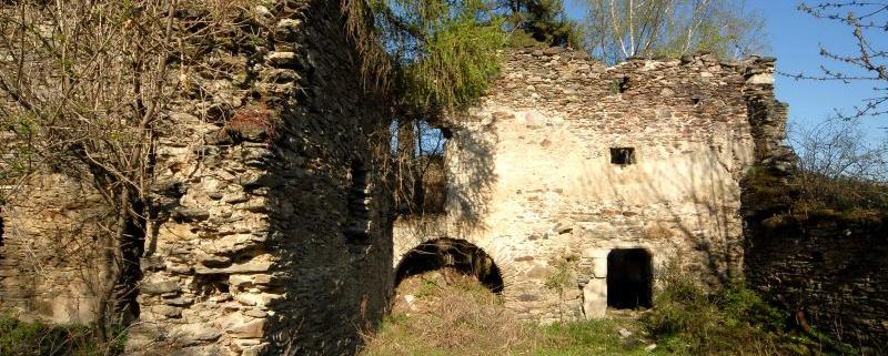Bergfried der Burgruine Gradenegg in Gradenegg, Marktgemeinde Liebenfels, Bezirk Sankt Veit an der Glan, Kärnten