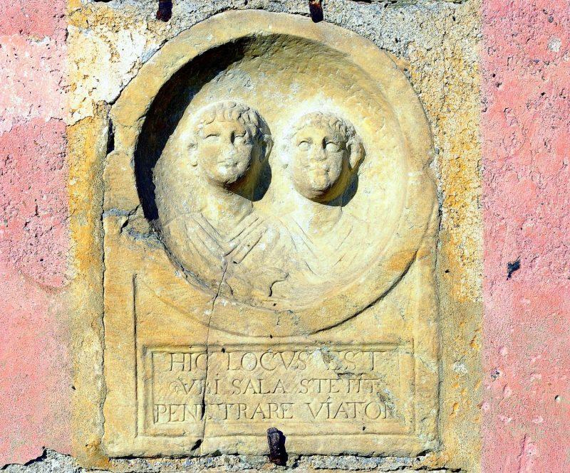 Römische Büstenköpfe am Prunnerkreuz am Zollfeld
